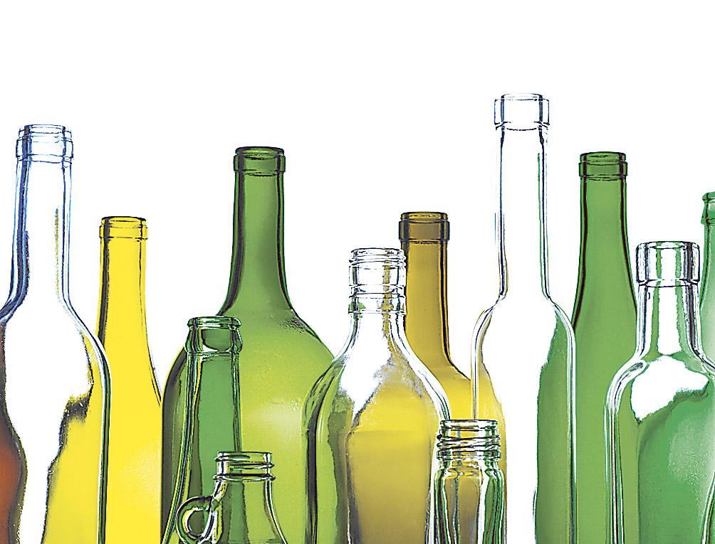 Mehrwegflaschen in unterschiedlichen Farben. Thema: Einweg vs. Mehrweg