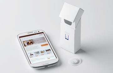 Verpackung neben einem Smartphone