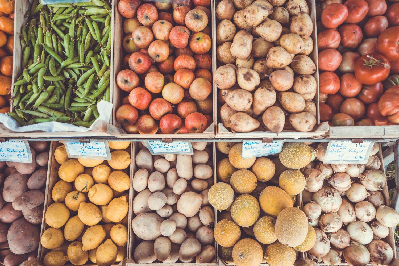 Gemüse an einem Stand. Thema: Bio-Kunststoffe