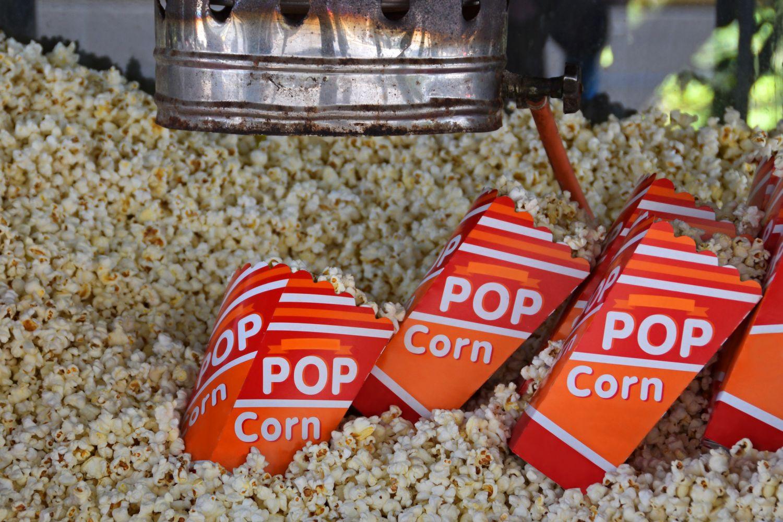 Popcornschachteln in der Maschine. Thema: Zuviel Verpackung wirkt abschreckend