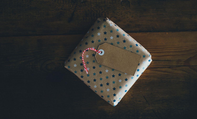 Ein in Kartonpapier verpacktes Geschenk. Thema Verpackung aus Karton