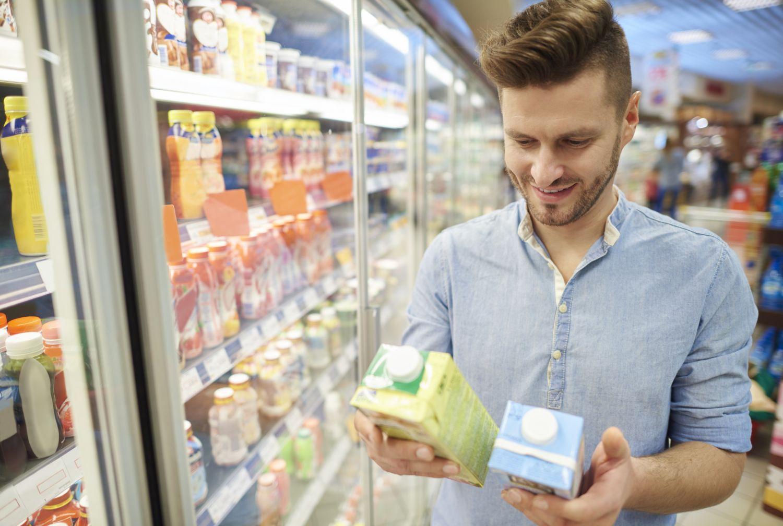 Verpackung und Kaufentscheidung: Ein Kunde im Supermarkt