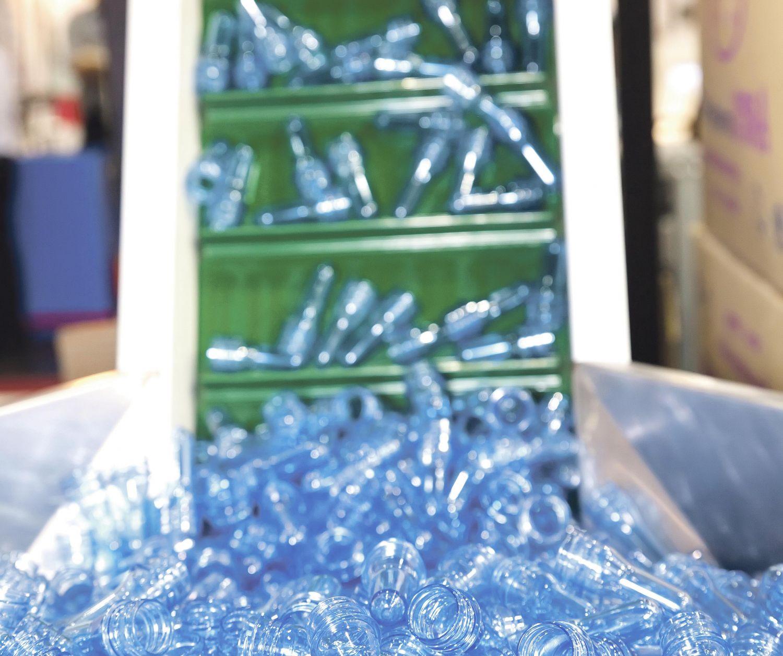 Plastikflaschen werden recycelt. Thema PET-Recycling