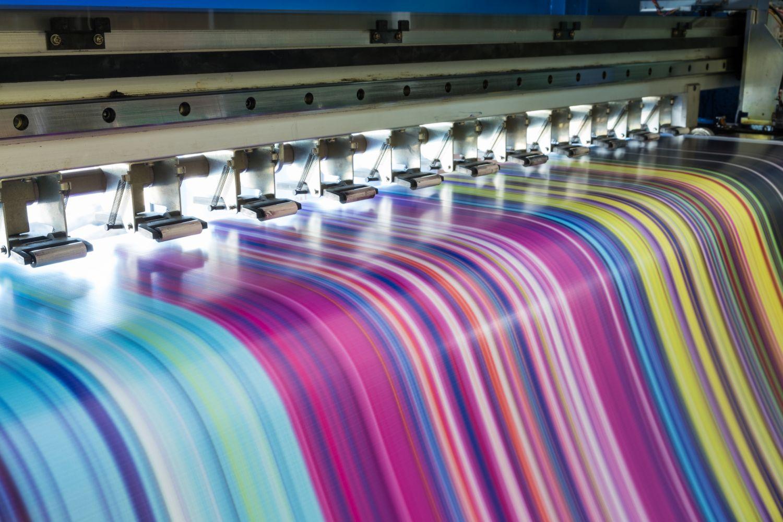 Papier wird bedruckt. Thema Digitaldruck und Verpackung