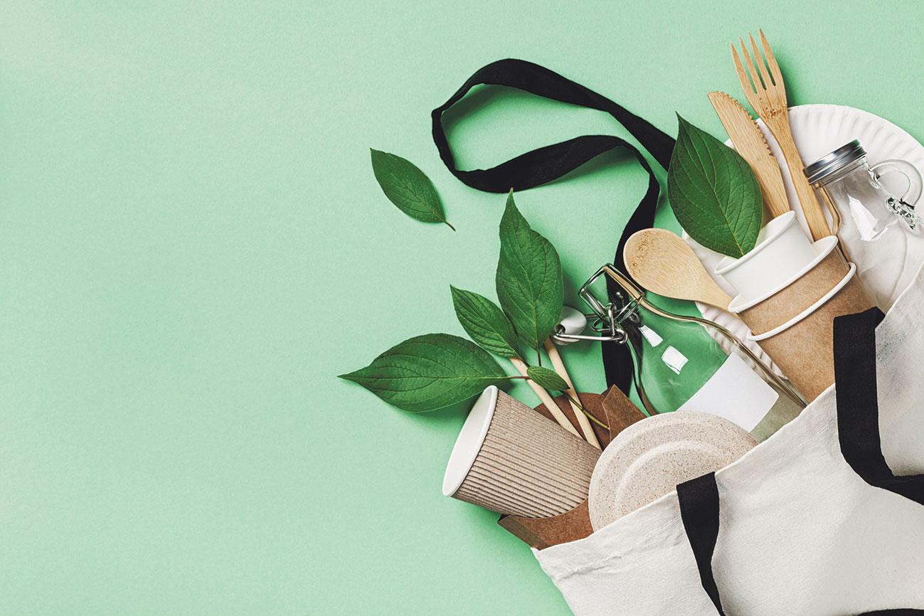 Verschiedene Verpackungen aus nachhaltigen Materialien wie Karton und Glas. Thema: Recyclingquote