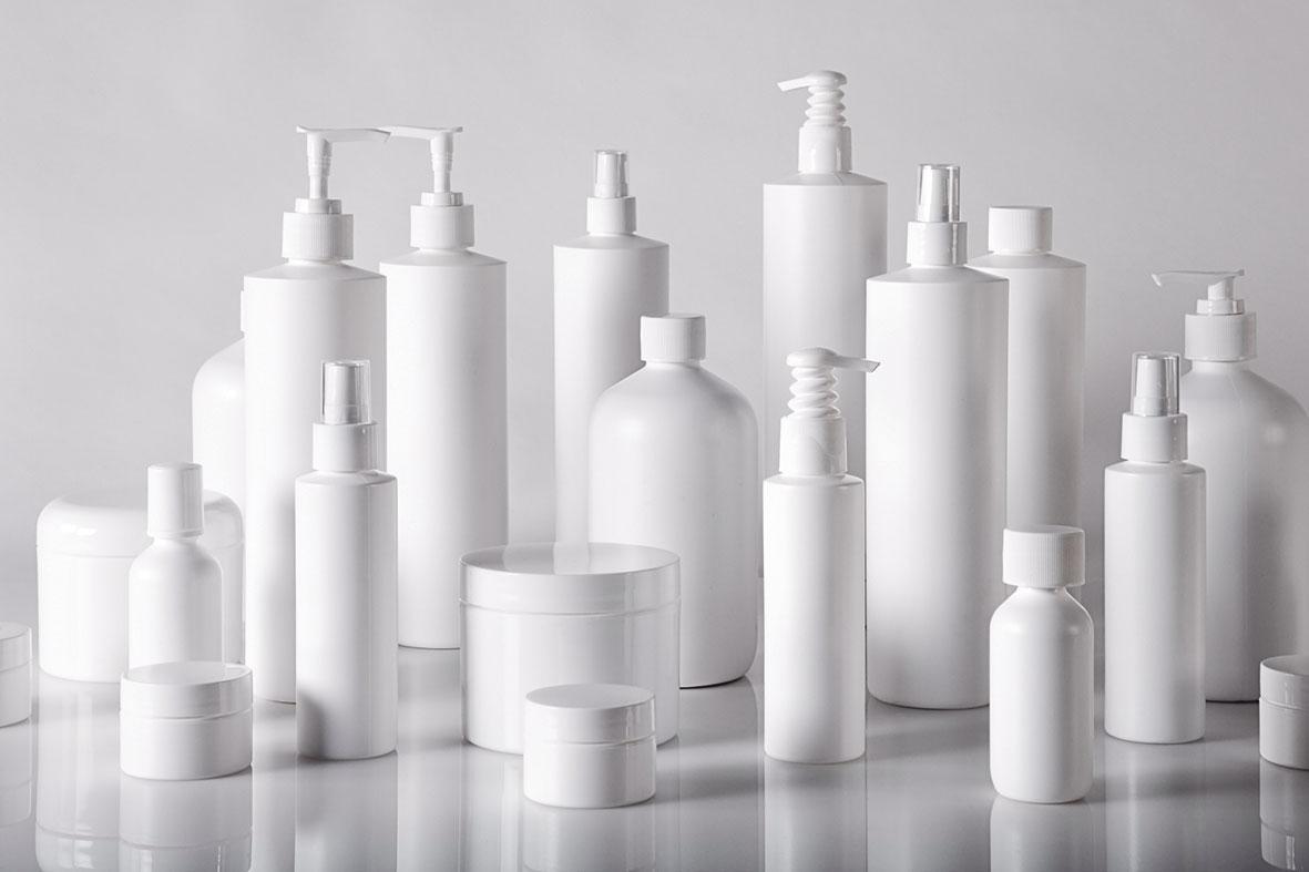 Weiße Verpackungen aus Pappe für Kosmetika.