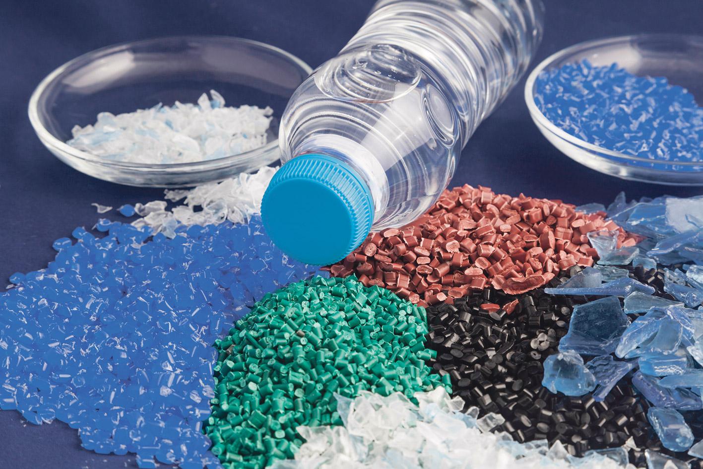Plastikflasche und verschiedene Kunststoffe