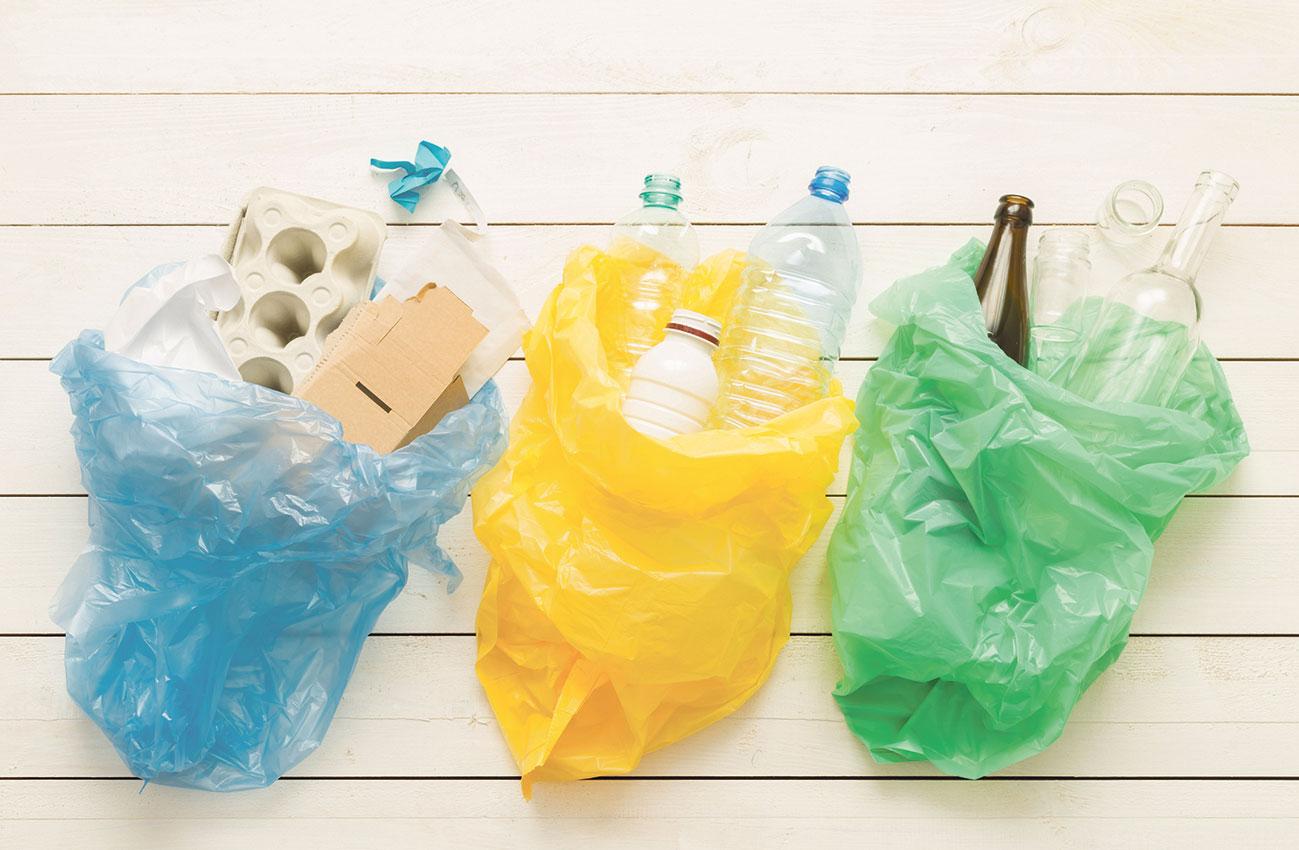 Richtig trennen: Drei verschiedenfarbige Mülltüten für Glas, Plastik und Pappe