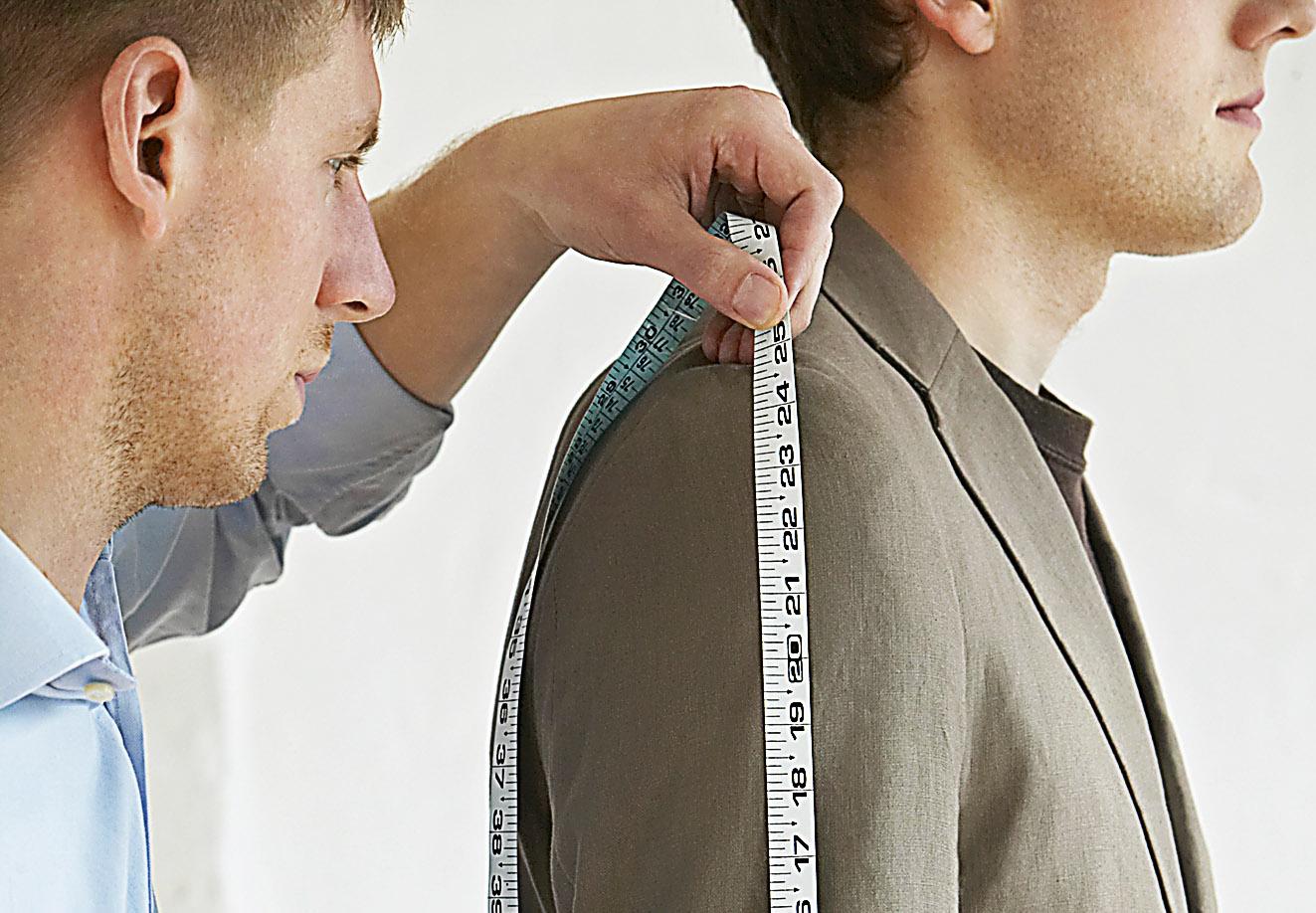Eine Person nimmt die Kleidungsmaße einer anderen auf. Thema: Losgröße 1