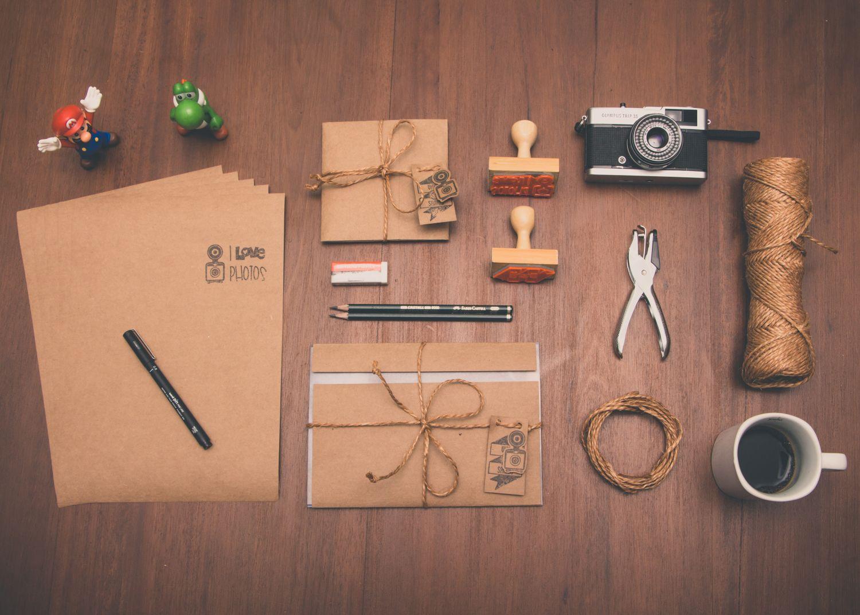 Verpackungsutensilien auf einer Tischplatte. Thema: Einsatzbereiche für Verpackungen