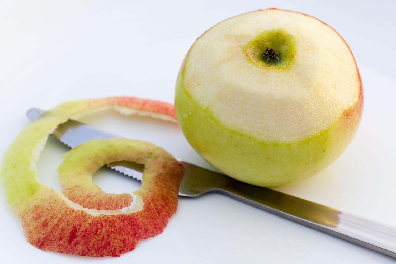 Ein halb geschälter Apfel. Thema: Innovationen bei Verpackungen