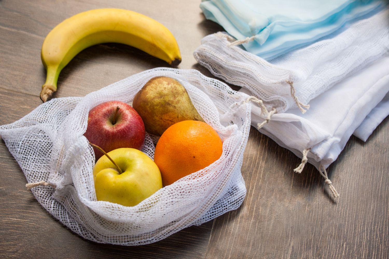 Obst lagert in einem Obstnetz.