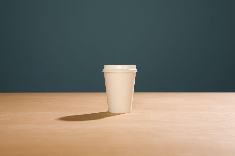 Ein Kaffebecher aus Pappe. Thema: Kartonage
