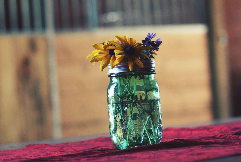 Eine Glasvase mit Blumen. Thema: neue Ideen der Verpackungsbranche