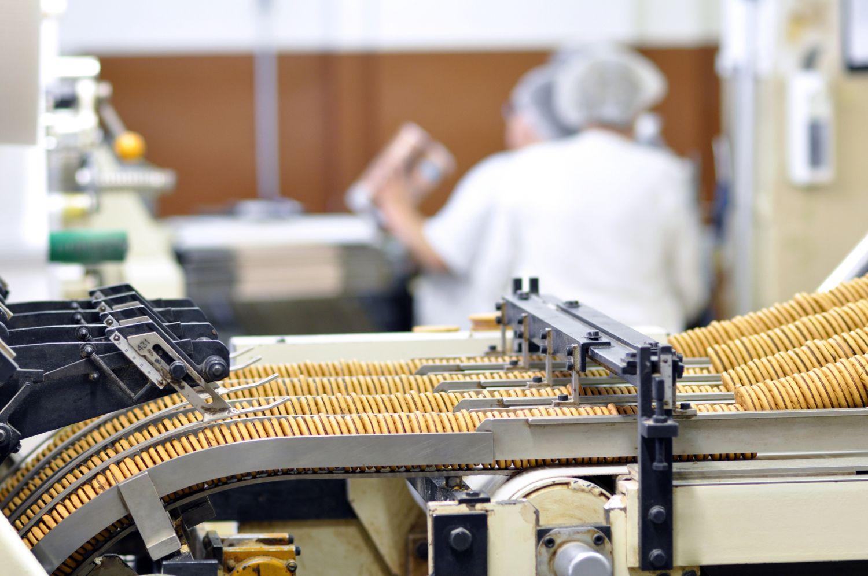 Kekse durchlaufen eine Maschine, um abgepackt zu werden