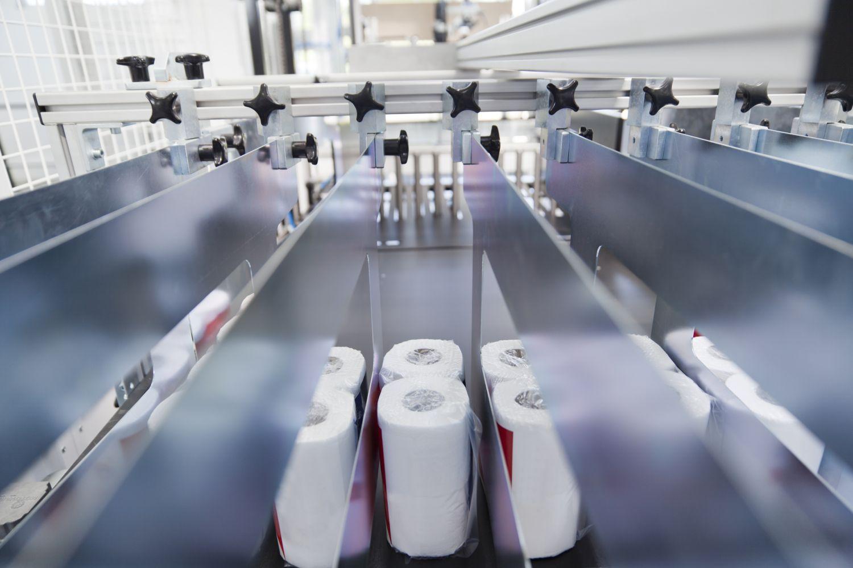 Eine Maschine verpackt Toilettenpapier. Thema: Lebensweg einer Verpackung