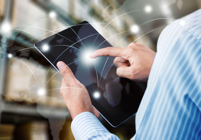 Mann tippt auf seinem Tablet. Thema: Digitalisierung Verpackungsindustrie