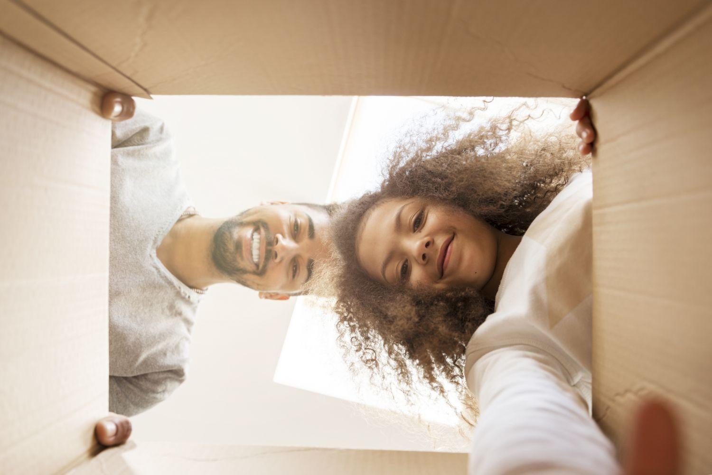 Ein Mädchen und ein Mann blicken in eine Schachtel. Thema Verpackungsindustrie
