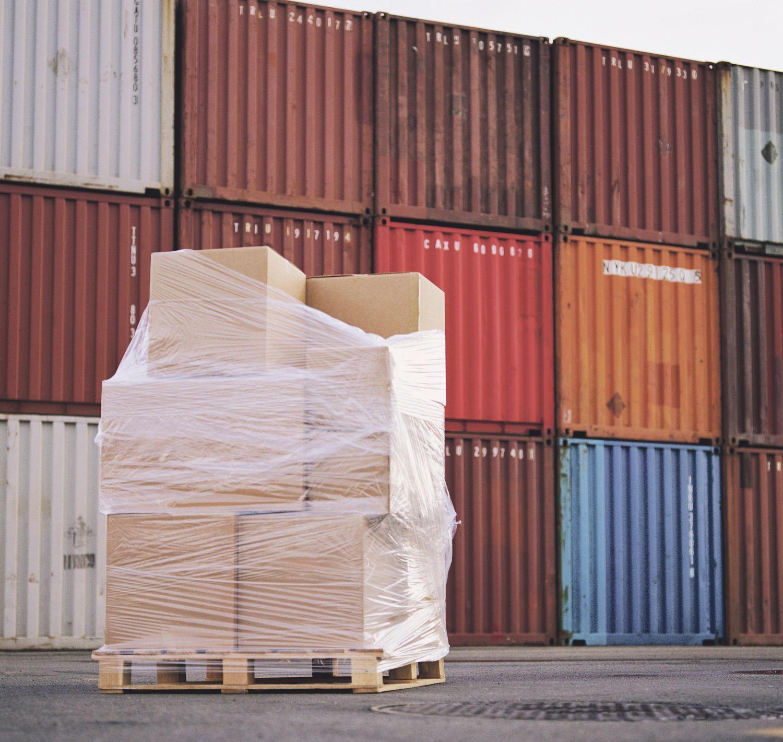Container in einem Frachthafen. Thema: Industrieverpackungen