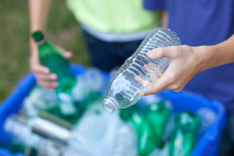 Ein Mensch sortiert Flaschen. Thema: Flaschenpfand